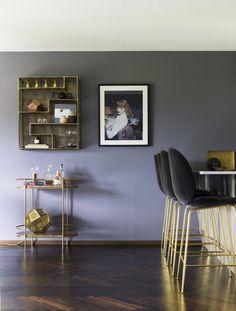 Luksuriøs stue med varme farger og eksklusive detaljer Eames, Indoor, Chair, Table, Furniture, Design, Home Decor, Interior, Decoration Home