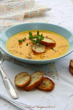Mrkvička, kousek celeru a půl cibule, to jsou základní suroviny dnešní polévky, která se svou barvou hodí do tohoto podzimního období, kd...