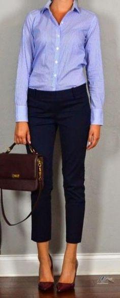 Темно-синие зауженные брюки.