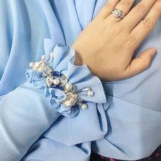 Pin by Busra on moda in 2020 Kurti Sleeves Design, Sleeves Designs For Dresses, Dress Neck Designs, Kurti Neck Designs, Blouse Designs, Kurti Embroidery Design, Couture Embroidery, Embroidery Fashion, Iranian Women Fashion