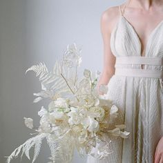 all white winter wedding look with an white bridal bouquet made of white fern and a white wedding dress whit a deep v neck Christmas Wedding Flowers, Modern Wedding Flowers, All White Wedding, White Wedding Bouquets, Wedding Flower Inspiration, White Bridal, Bride Bouquets, Flower Bouquet Wedding, Wedding Looks