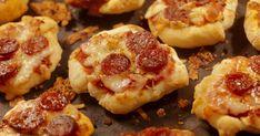A mini pizza remek partifalat, tökéletes választás, ha nagyobb társaság érkezik, és nem a megszokott sós sütiket kínálnád.