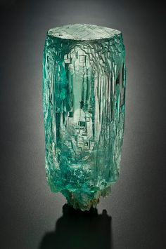 David Friend Hall at the Yale Peabody Museum of Natural History exhibits fantastic examples of premier minerals and gems from private collections. Minerals And Gemstones, Rocks And Minerals, Natural Crystals, Stones And Crystals, Gem Stones, Aquamarine Crystal, Beautiful Rocks, Mineral Stone, Vanitas
