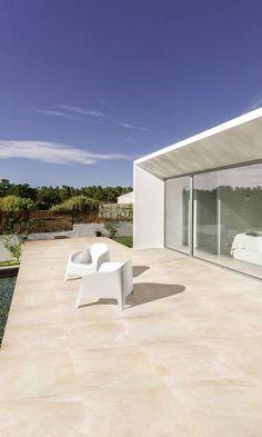 Suelos de exterior 13. Mimetizado con el paisaje Ceramica Exterior, Ibiza, Casa Patio, Pergola, Patio Flooring, My Pool, Backyard Garden Design, Small Gardens, Outdoor Furniture