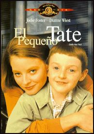 DVD CINE 1751 -- El pequeño Tate (1991) EEUU. Dir.: Jodie Foster. Drama. Infancia. Sinopse: Fred Tate é un pianista con talento, un xenio das matemáticas e un incrible artista con só 7 anos. Pero este neno prodixio sente desdichado. Rexeitado polos compañeiros e aburrido das clases do colexio, o neno síntese angustiado polo ambiente que o rodea. Decidida a sacar o máximo partido do seu potencial a nai solteira de Fred, accede a que a psicóloga o interne nunha escola para nenos superdotados