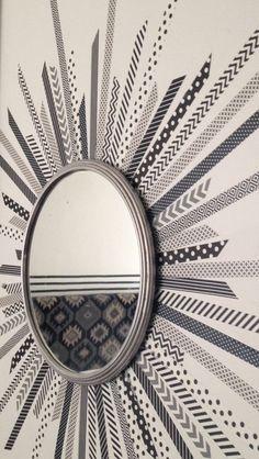 Utiliza cinta de distintos patrones para enmarcar un espejo sencillo...