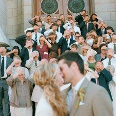 Una foto de tus invitados, dándote un poco de privacidad en el momento del cálido beso. | 42 ideas para fotos de boda increíblemente divertidas que vas a querer copiar