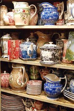 Tea pots & pitchers Las antiguas teteras, tazas de loza fina ,aparte de un delicado trabajo y diseño,nos llevan a viajar con un sorbo de té dentro o fuera de nosotros .