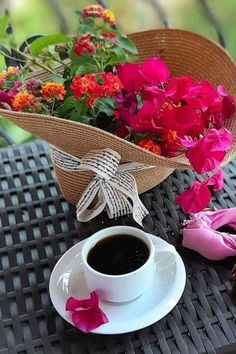 HACERZUMRUT Sunday Morning Coffee, Morning Rose, Good Morning Gif, Good Morning Flowers, Good Morning Greetings, Coffee Latte, I Love Coffee, Coffee Time, Brown Coffee