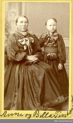 Parbilete av Anne og Bella Torstveit, reiste seinare til USA - Midt-Telemark Museum / DigitaltMuseum Victorian Costume, Carnival Costumes, Folk Costume, Folklore, Norway, Sweden, Museum, Painting, Fictional Characters