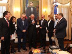 Presidente Danilo Medina recibe al alcalde de Miami, Tomás Regalado