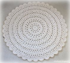 Amo tapetes desse modelo e nes Crochet Table Mat, Crochet Doily Rug, Crochet Shawl, Crochet Stitches Patterns, Crochet Patterns For Beginners, Diy Crafts Crochet, Crochet Projects, Fabric Rug, Rugs