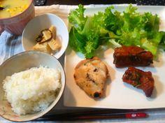 お昼ごはん:グリルで焼いた塩麹スペアリブ(今回のジャムはアプリコット)と塩麹チキン、レタス+ルッコラ、筍とワラビの煮物、コーンスープ(๑´ڡ`๑) ワラビは摘んできたものです♪