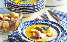 Appelsiinin ja kookosmaidon maut sopivat hyvin yhteen porkkanan kanssa. Hyödynnä eilispäivän vaalea tai tumma leipä ja tee keiton seuraksi öljyssä rapeaksi paistettuja leipäkuutioita. 1. Kuori ja paloittele kasvikset. Kuullota inkivääriraastetta ja sipulia hetki öljyssä. Lisää kasvikset, vesi ja liemikuutiot. Hauduta ainekset pehmeiksi. 2. Soseuta sauvasekoittimella. Lisää kookosmaito, kerma ja appelsiinimehu. 3. Kuumenna keitto kiehuvaksi ja …