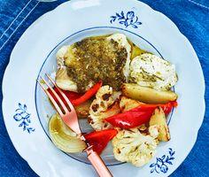 Kvällens middag är en festlig fiskrätt med ugnsrostad blomkål, potatis och paprika fulla av underbara smaker. Den milda torsken och salta haloumin piffas upp av den smarriga peston och får en krispig gyllene yta av ströbrödet. Servera allt med en svalkande sås gjord på crème fraiche och pesto och ät er mätta och belåtna.