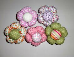 Florzinhas em tecido. <br>Estampas variadas. <br> <br>Para aplicação em patchwork, pode ser utilizada para fazer lacinhos de cabelo, faixas para bebê, mobiles de cortina e etc. <br> <br>Consultar estampas e cores no fechamento do pedido.