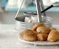 Τραγανά τυροπιτάκια με γιαούρτι | Συνταγή | Argiro.gr Food Categories, Pretzel Bites, Bread, Recipes, Pastries, Kids, Gastronomia, Essen, Young Children