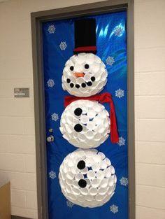 Empieza a preparar el ambiente navideño en las puertas de las escuelas o colegios con estas fantásticas ideas. Decóralas con estos originalesdiseños que encantarán a los niños; usa materiales reciclados, guirnaldas, esferas papel, guata y todo lo encuentres, ya que hacer un Santa Claus, un pingüino, renos o muñecos de nieveson muy fácil, sólo necesitas …