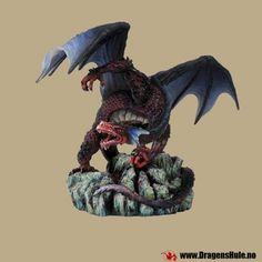 En statuett av en majestetisk drage! Materiale: håndmalt polystone kunststoff. Mål: ca 20cm høy, 15cm dyp og 27cm bred.