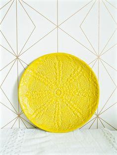 Kaunis tamperelaisen keraamikon käsityönä valmistama lautanen. Keraamiseen lautaseen on painettu upea pitsikuvio.  Halkaisija 17cm. Konepestävä.  Lautanen sopii täydellisesti saman sarjan lattekupin kaveriksi.