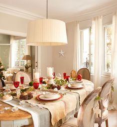 Comedor vesrtido de Navidad con detalles en verde y rojo
