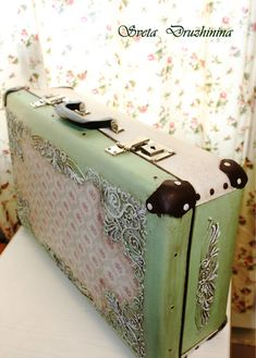 Vintage Suitcase Decor, Decoupage Suitcase, Suitcase Table, Suitcase Storage, Decoupage Vintage, Vintage Decor, Vintage Suitcases, Vintage Luggage, Shabby Chic Trunk