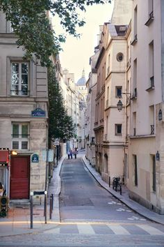 Quai de la Tournelle, Paris, France: A Guide to finding the prettiest streets in the city of Love (including Rue Cremieux, Rue des Barres, Rue Nicolas Flamel) and more!
