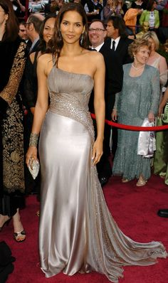 Flawless Gorgeous Face Halle Berry is undeniable one of the most beautiful woman in the world. She looks gorgeous from head t. Estilo Halle Berry, Halle Berry Style, Cleveland, Hally Berry, Beautiful Dresses, Nice Dresses, Oscars Red Carpet Dresses, Oscar Dresses, Kingsman