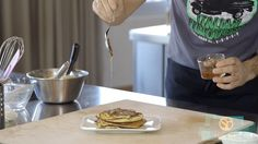 Amici di Bello&Buono, mi avete chiesto più volte gli ingredienti del mio pancake ed ecco finalmente la video ricetta dedicata.  Gli ingredienti sono molto semplici, eccoli:  350g di latte soia 220g di farina ceci 20g di olio di mais 40g di