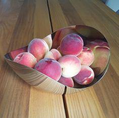 Tynning av fersken og frukttrær er nå på høy tid Plum, Peach, Vegetables, Food, Garden, Garten, Essen, Lawn And Garden, Vegetable Recipes