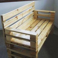 Sofá dois lugares de madeira maciça reaproveitada de pallets industriais. Verniz…