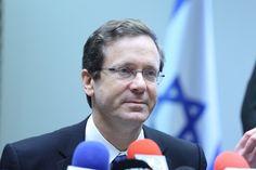 """Isaac Herzog, líder da oposição israelense e presidente do partido União Sionista, foi interrogado pela polícia de Israel por mais de cinco horas no domingo, 17/4, sob suspeita de corrupção na campanha e fazer declarações falsas. """"A força-tarefa da polícia interrogou o Sr. Herzog, que está sob suspeita de receber doações ilegais durante as eleições…"""