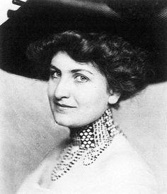 Alma Mahler, una mujer apasionada y apasionante que quiso desarrollar su arte pero terminó siendo solamente la musa de grandes artistas http://www.mujeresenlahistoria.com/2013/08/la-novia-del-viento-alma-mahler-1879.html