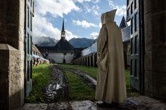 Dom Benoit en el claustro del monasterio de la Gran Cartuja. Crédit photo : ZEPPELIN