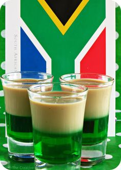 Sprinbokkies are a traditional drink of South Africa, made of layered peppermint liqueur and creamy Amarula. South African Dishes, South African Recipes, South African Braai, South African Desserts, Africa Recipes, Knysna, Cocktails, Cocktail Drinks, Hakuna Matata