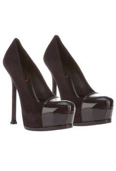 Los 20 zapatos que debes tener: El clásico modelo de YSL se presenta cada temporada en colores y materiales distintos. El charol tendrá que formar parte de tu vestimenta este próximo otoño.