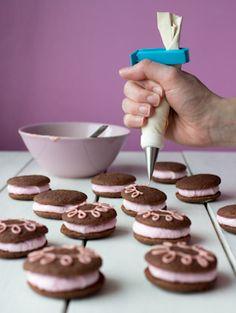 whoopie-vaihe3-1 Nutella, Cookies, Desserts, Food, Crack Crackers, Tailgate Desserts, Deserts, Biscuits, Essen