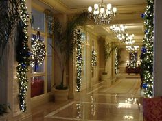 Ritz-Carlton San Juan Hotel, Spa & Casino: Lobby hallway decorated at Christmas
