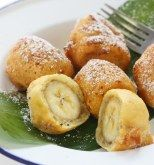 Banana fritters are a type of dessert made by coating or incorporating bananas in a sweet batter, then frying them in oil. Most banana fritters are bite-sized, and can be made either with whole banana Banana Frita, Banana Fritters, Banana Dessert Recipes, Delicious Desserts, Yummy Food, Fried Bananas, Thai Street Food, Banana Bites, Baked Banana