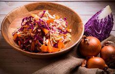 Σαλάτα λάχανο-καρότο με καραμελωμένα κρεμμύδια Vegan Vegetarian, Cabbage, Vegetables, Ethnic Recipes, Food, Veggies, Essen, Cabbages, Vegetable Recipes