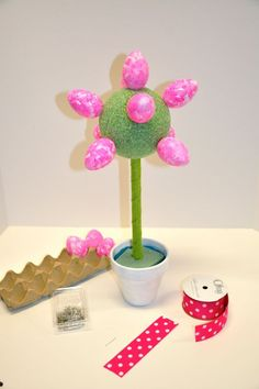 Easter Egg and Ribbon Topiary Osterei und Band Topiary Easter Arts And Crafts, Easter Egg Crafts, Easter Projects, Spring Crafts, Holiday Crafts, Easter Eggs, Easter Table, Ribbon Topiary, Diy Easter Decorations