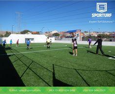 Deportistas disfrutando del confort que brinda el pasto sintético en la cancha de futbol rápido.