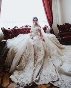 Captivating bridal portrait featuring an exceptionally beautiful gown! Photography: Ruslan Arslanbekov #wedding #bride #weddingphotography #praisewedding