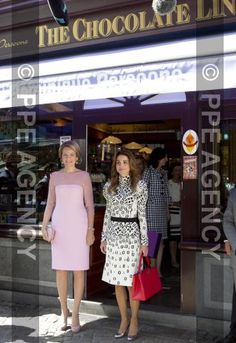 19-05-2016 Brugge Queen Rania and Queen Mathilde visiting a chocolate shop during a visit at the city of Brugge on the 2nd day of the statevisit to Belgium.  [DNF] Fotoarchief Denieuwsfoto