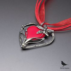 Řeknu+to+květinou+(Sklo)+-+náhrdelník+Cínovaný+náhrdelník,+kde+základem+srdíčko+se+stalo+jasně+červené+skleněné+srdíčko.+Tvar+šperku+je+vytvořen+zpocínovaného+drátku+bezolovnatým+cínem.+Přívěsek+doplňuje+květina+z+cínu.+Šperk+je+zavěšen+na+červené+organzové+a+voskovaných+šňůrkách,+délky+45+cm+++5+cm+prodlužovací+řetízek.+Celý+šperk+měří+3,9...