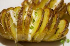 Patate Hasselback con mozzarella ed erbe aromatiche