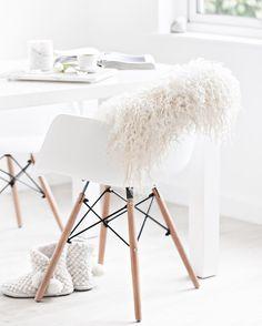 white ● minimalism ● inspiration ● pinned by // BIRAMBI Living Room White, Living Room Interior, Interior Styling, Interior Design, Desk Inspiration, Minimalist Interior, Modern Kitchen Design, Scandinavian Interior, Home Hacks