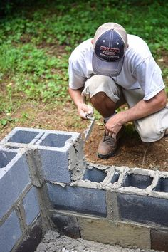 How to Build a Gorgeous Backyard Fire Pit from Cement Blocks (diy fire pit cinder block) Easy Fire Pit, Fire Pit Grill, Fire Pit Backyard, Porches, Bar Outdoor, Outdoor Living, Outdoor Ideas, Outdoor Spaces, Cinder Block Fire Pit