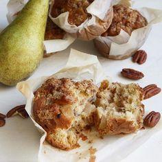 Muffins met pecannoten, peer en kaneel kruimel topping! Het recept staat nu op eefsfood.nl #muffins #eefsfood #pecannoten #peer #bakken #heelhollandbakt