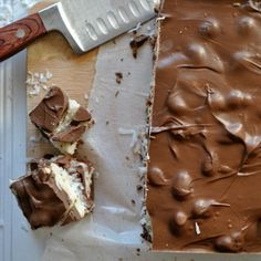 Almond Joy Fudge - Aside from the incredible coconut filling, the best part about this fudge is that it's made with Hershey's Kisses. They give this fudge that classic candy-bar-milk-chocolate flavor that makes it taste so much like a real Almond Joy. Fudge Recipes, Candy Recipes, Sweet Recipes, Dessert Recipes, Yummy Recipes, Vegan Recipes, Yummy Treats, Sweet Treats, Yummy Food